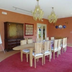 De opkamer, waar ook gedineerd kan worden, of vergaderd, of groenten gesneden...